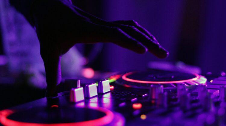 DJ Khaled ist ein US-amerikanischer DJ, Backup-Rapper und Musikproduzent aus Miami, Florida.