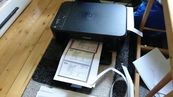 In der Wohnung einer 20-Jährigen fanden Polizisten selbstgedruckte Banknoten im Wert von 13.000 Euro. Foto: Polizeidirektion Pirmasens