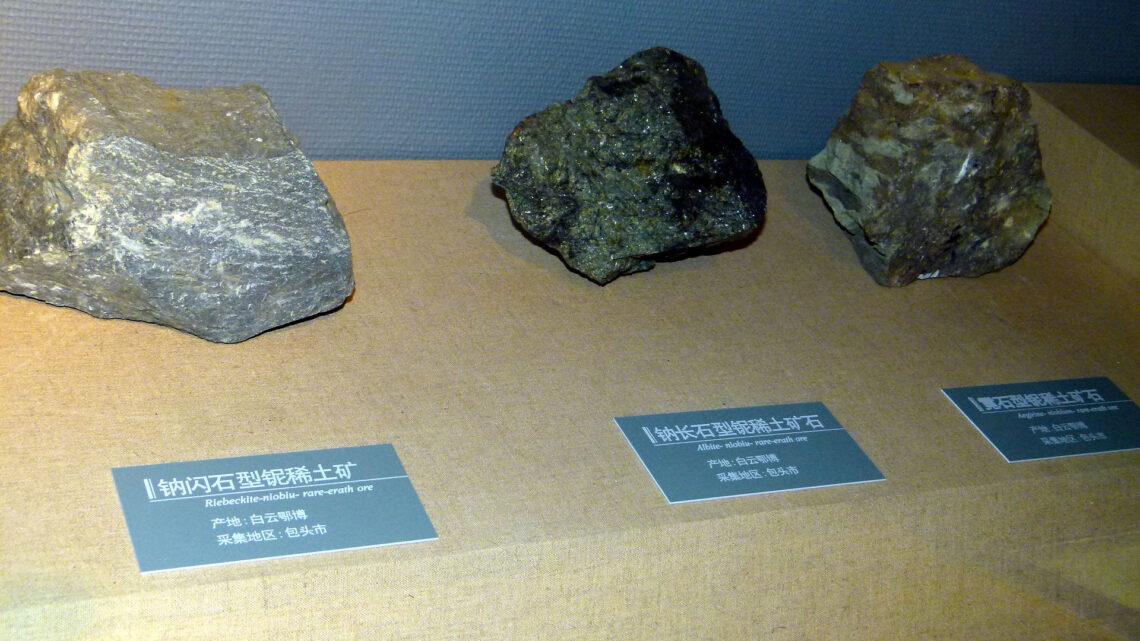 Zu den Metallen der Seltenen Erden gehören die chemischen Elemente der 3. Nebengruppe des Periodensystems und die Lanthanoide – insgesamt also 17 Elemente.