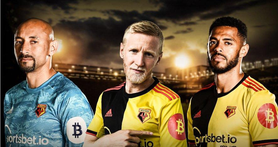 Der englische Fussballverein Watford FC läuft mit Werbung für Bitcoin in die Stadien ein.