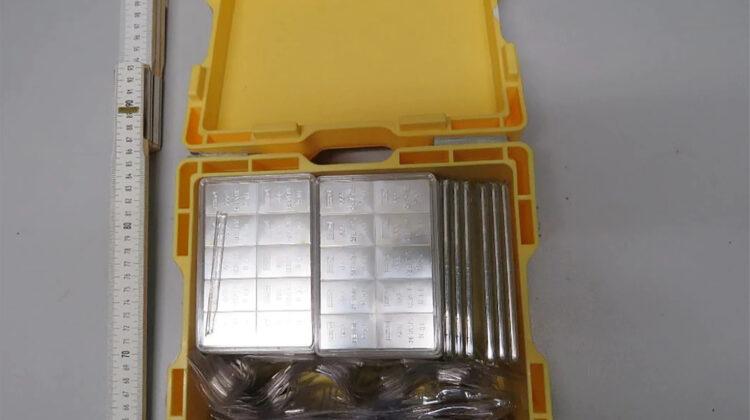 In dieser gelben Plastikkiste wurden die Barren von Passanten gefunden. Bildrechte: Polizeidirektion Leipzig