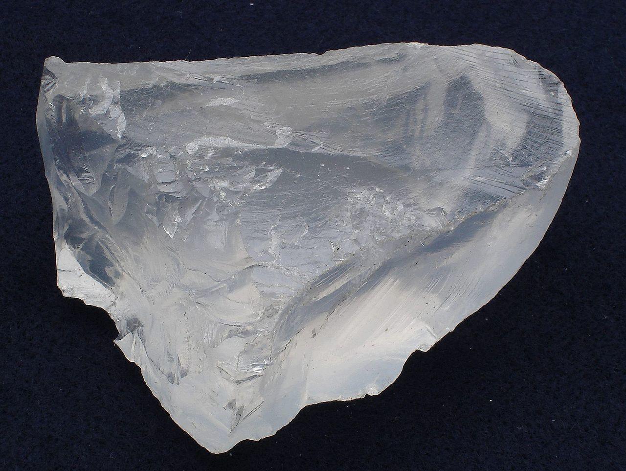 Lithium hat an der Erdkruste einen Anteil von etwa 0,006 %. Es kommt damit etwas seltener als Zink sowie häufiger als Kobalt, Zinn und Blei in der Erdkruste vor. Obwohl Lithium häufiger als beispielsweise Blei ist, ist seine Gewinnung durch die stärkere Verteilung schwierig.